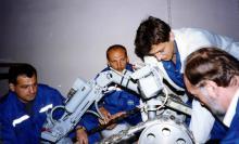 Специалисты СКТБ ПР во время подготовки комплекса МРК-25 «КУЗНЕЧИК» к работе