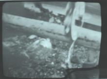 Установка клещевого зажима со взрывчаткой на трубу на крыше 3-его энергоблока с помощью «Мобот-Ч-ХВ-2» (фото сделано с мониторов пульта управления)